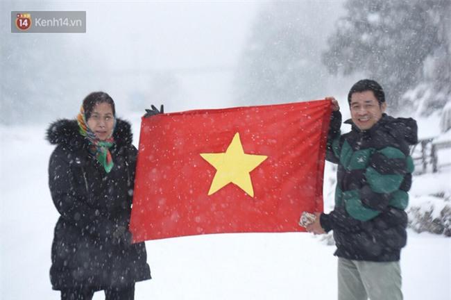CĐV Việt Nam lội mưa tuyết trắng xóa, tới sân cổ vũ thầy trò HLV Park Hang Seo - Ảnh 2.