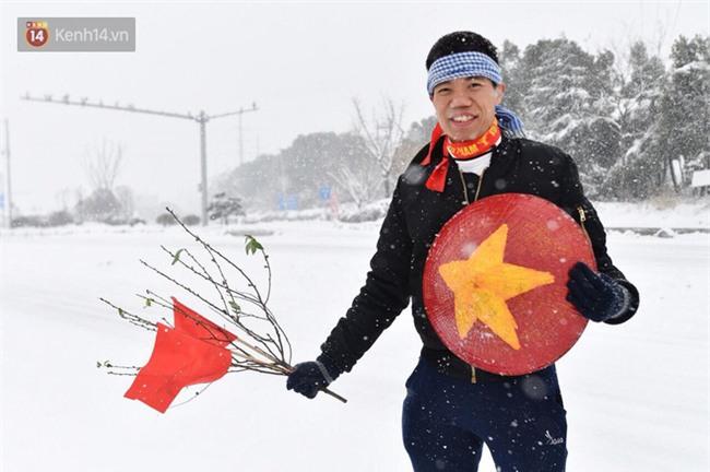CĐV Việt Nam lội mưa tuyết trắng xóa, tới sân cổ vũ thầy trò HLV Park Hang Seo - Ảnh 5.