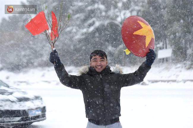 CĐV Việt Nam lội mưa tuyết trắng xóa, tới sân cổ vũ thầy trò HLV Park Hang Seo - Ảnh 7.