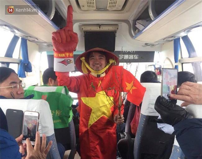 CĐV Việt Nam lội mưa tuyết trắng xóa, tới sân cổ vũ thầy trò HLV Park Hang Seo - Ảnh 8.