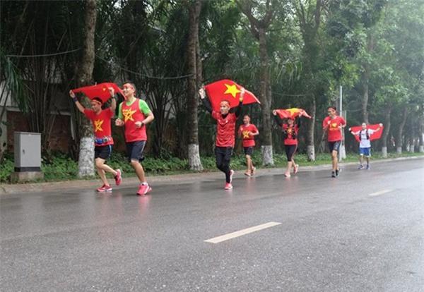 Hà Nội: Cư dân chung cư góp tiền thuê màn hình LED, mua đồ nhậu cháy hết mình cùng U23 Việt Nam - Ảnh 7.