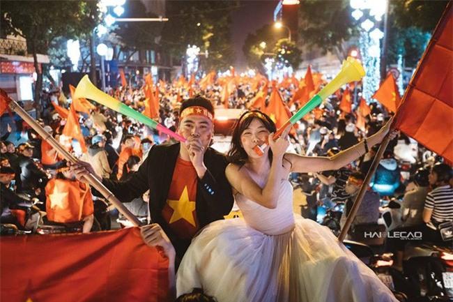 """Không khí sục sôi trước trận chung kết U23: cô dâu chú rể cũng ăn theo """"trend"""" ảnh cưới bóng đá - Ảnh 13."""