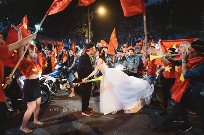 """Không khí sục sôi trước trận chung kết U23: cô dâu chú rể cũng ăn theo """"trend"""" ảnh cưới bóng đá - Ảnh 15."""