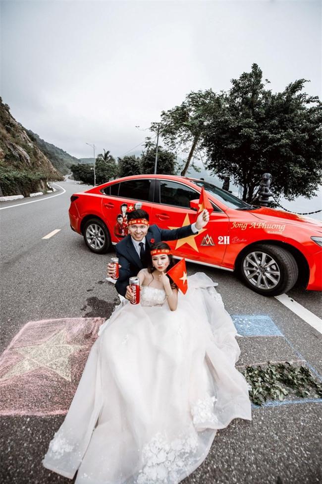 """Không khí sục sôi trước trận chung kết U23: cô dâu chú rể cũng ăn theo """"trend"""" ảnh cưới bóng đá - Ảnh 2."""