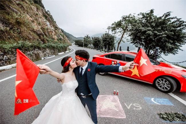 """Không khí sục sôi trước trận chung kết U23: cô dâu chú rể cũng ăn theo """"trend"""" ảnh cưới bóng đá - Ảnh 4."""