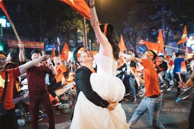 """Không khí sục sôi trước trận chung kết U23: cô dâu chú rể cũng ăn theo """"trend"""" ảnh cưới bóng đá - Ảnh 7."""