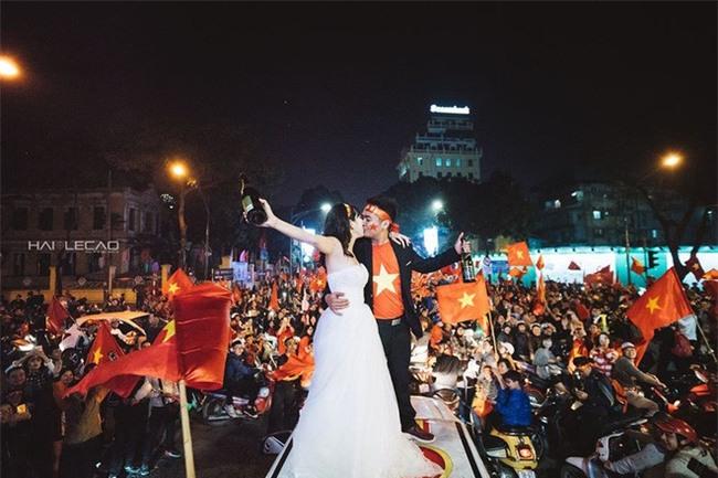 """Không khí sục sôi trước trận chung kết U23: cô dâu chú rể cũng ăn theo """"trend"""" ảnh cưới bóng đá - Ảnh 8."""