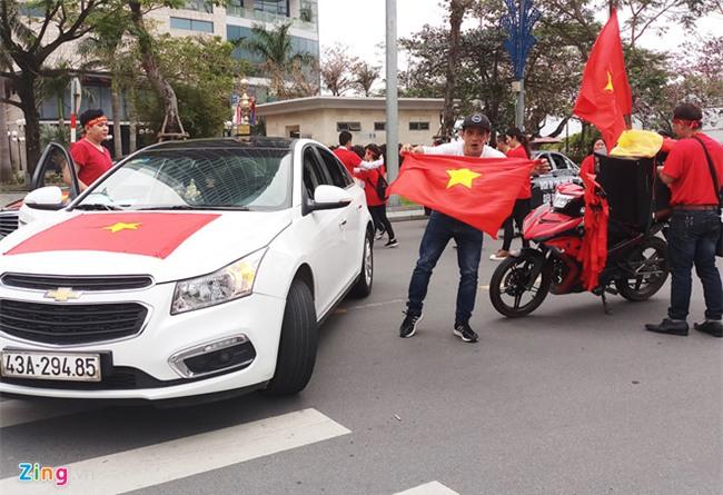 Fanzone My Dinh nong bong cho tran cau lich su cua U23 Viet Nam hinh anh 1