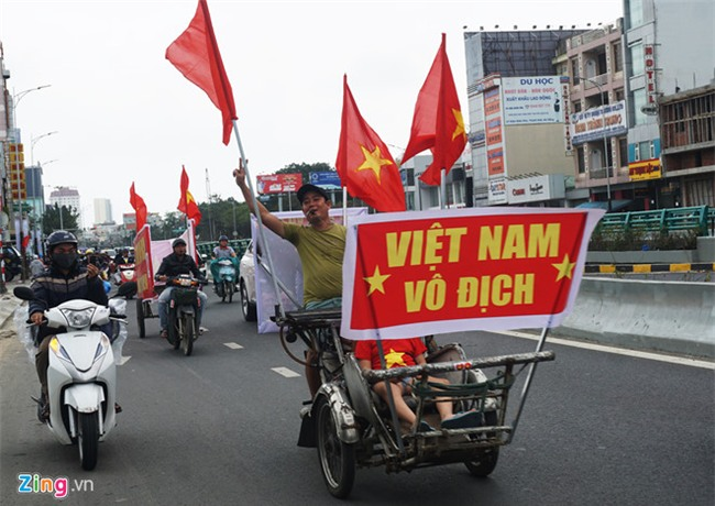 Fanzone My Dinh nong bong cho tran cau lich su cua U23 Viet Nam hinh anh 3