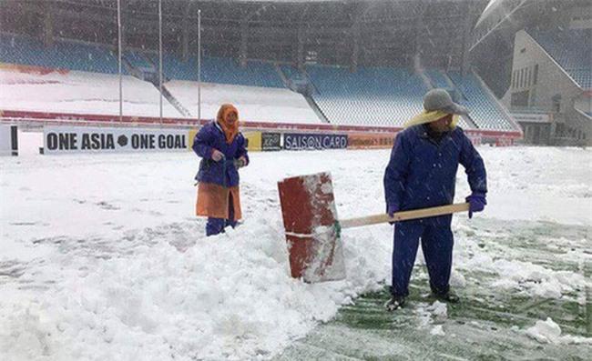 Người hâm mộ Việt Nam lo lắng, xót xa khi cầu thủ U23 phải ra sân khi tuyết vẫn rơi dày - Ảnh 2.