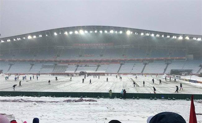 Người hâm mộ Việt Nam lo lắng, xót xa khi cầu thủ U23 phải ra sân khi tuyết vẫn rơi dày - Ảnh 3.