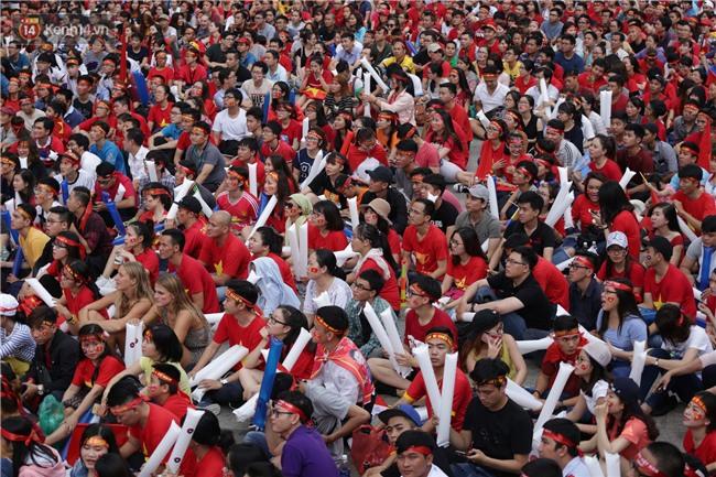 TP. HCM: Cô dâu chú rể gây chú ý khi chụp ảnh cưới giữa hàng nghìn người hâm mộ trước trận chung kết U23 Việt Nam - Ảnh 1.