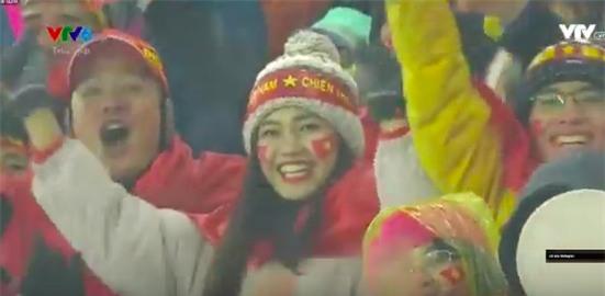 Bình Minh và Á hậu Thanh Tú rạng rỡ trên hàng ghế cổ động viên, hào hứng cổ vũ U23 Việt Nam - Ảnh 1.