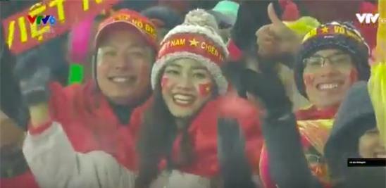 Bình Minh và Á hậu Thanh Tú rạng rỡ trên hàng ghế cổ động viên, hào hứng cổ vũ U23 Việt Nam - Ảnh 2.