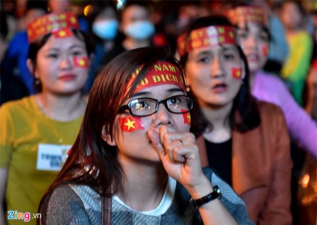 Fanzone My Dinh kin sac do trong tran chung ket cua U23 Viet Nam hinh anh 2