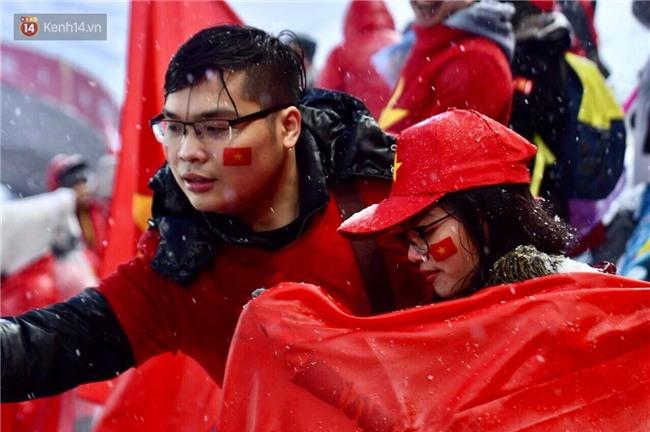Khoảnh khắc không bao giờ quên: U23 Việt Nam cúi chào tri ân người hâm mộ đã sát cánh trong trận chung kết lịch sử - Ảnh 2.