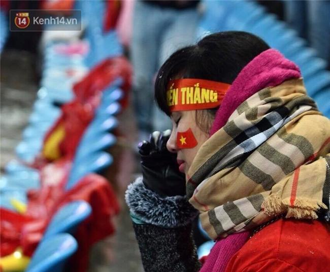 Khoảnh khắc không bao giờ quên: U23 Việt Nam cúi chào tri ân người hâm mộ đã sát cánh trong trận chung kết lịch sử - Ảnh 11.