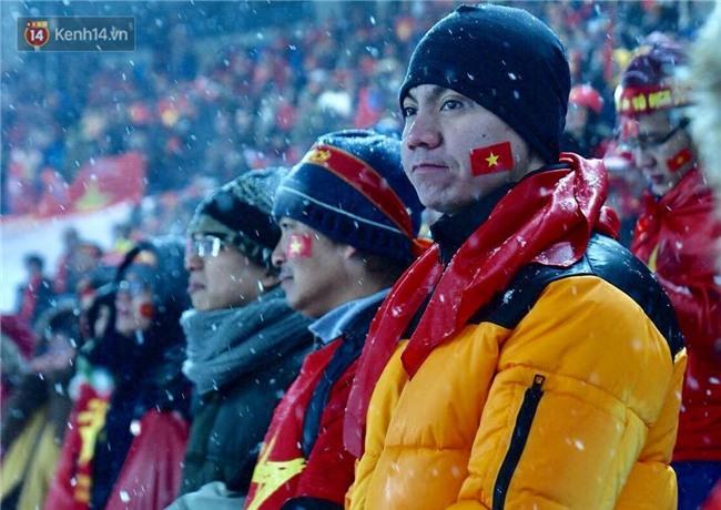 Khoảnh khắc không bao giờ quên: U23 Việt Nam cúi chào tri ân người hâm mộ đã sát cánh trong trận chung kết lịch sử - Ảnh 12.