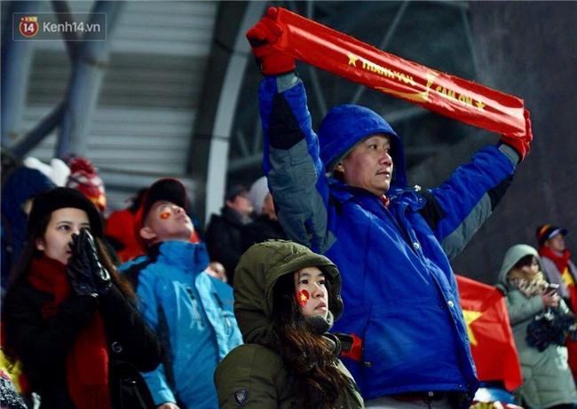 Khoảnh khắc không bao giờ quên: U23 Việt Nam cúi chào tri ân người hâm mộ đã sát cánh trong trận chung kết lịch sử - Ảnh 13.