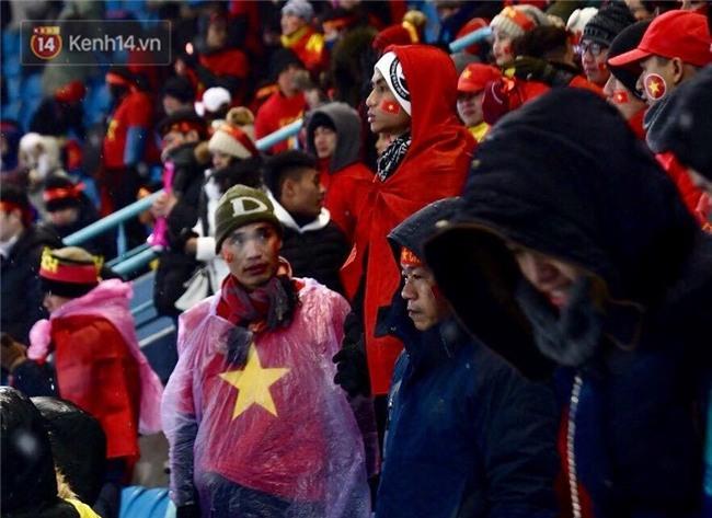 Khoảnh khắc không bao giờ quên: U23 Việt Nam cúi chào tri ân người hâm mộ đã sát cánh trong trận chung kết lịch sử - Ảnh 3.