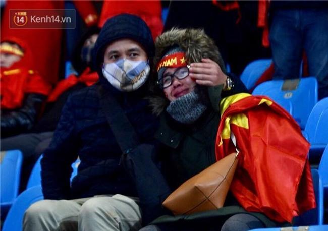 Khoảnh khắc không bao giờ quên: U23 Việt Nam cúi chào tri ân người hâm mộ đã sát cánh trong trận chung kết lịch sử - Ảnh 4.