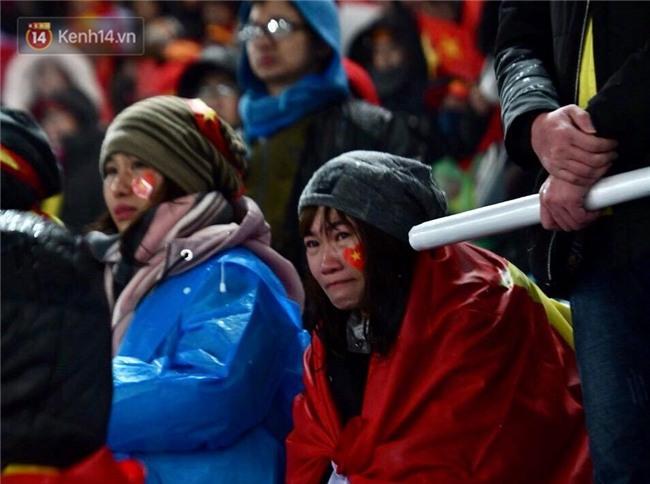 Khoảnh khắc không bao giờ quên: U23 Việt Nam cúi chào tri ân người hâm mộ đã sát cánh trong trận chung kết lịch sử - Ảnh 6.