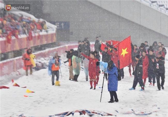 Khoảnh khắc không bao giờ quên: U23 Việt Nam cúi chào tri ân người hâm mộ đã sát cánh trong trận chung kết lịch sử - Ảnh 8.