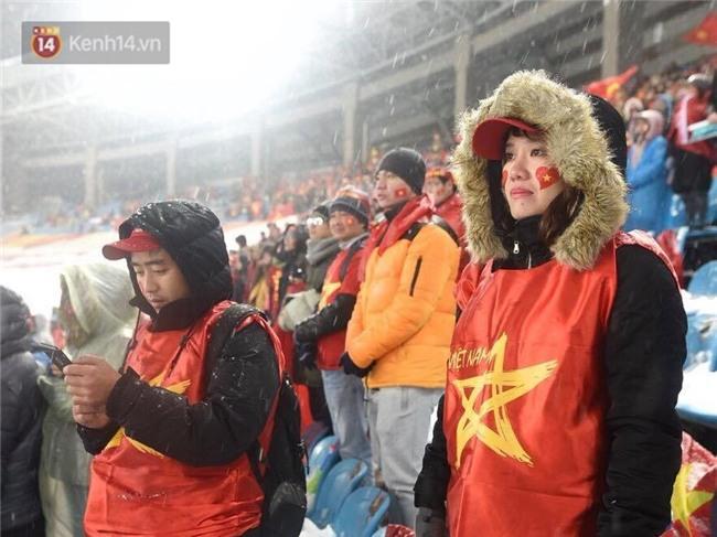 Khoảnh khắc không bao giờ quên: U23 Việt Nam cúi chào tri ân người hâm mộ đã sát cánh trong trận chung kết lịch sử - Ảnh 9.