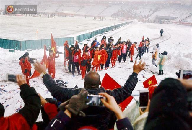 Khoảnh khắc không bao giờ quên: U23 Việt Nam cúi chào tri ân người hâm mộ đã sát cánh trong trận chung kết lịch sử - Ảnh 10.