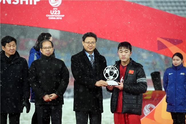 Không hổ là danh hài, Hoài Linh động viên các cầu thủ U23 Việt Nam siêu duyên dáng-2