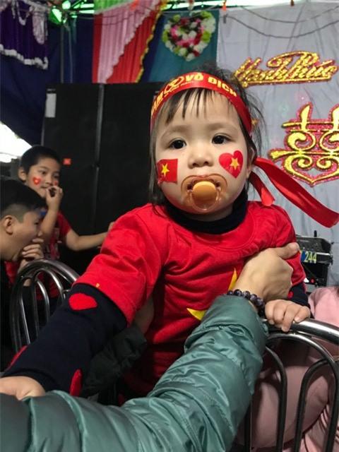 Khi cổ động viên nhí siêu đáng yêu xem bóng đá: Nhóc vừa xem vừa ngậm ti giả, nhóc giãy nảy vì Việt Nam hụt cúp vàng - Ảnh 1.