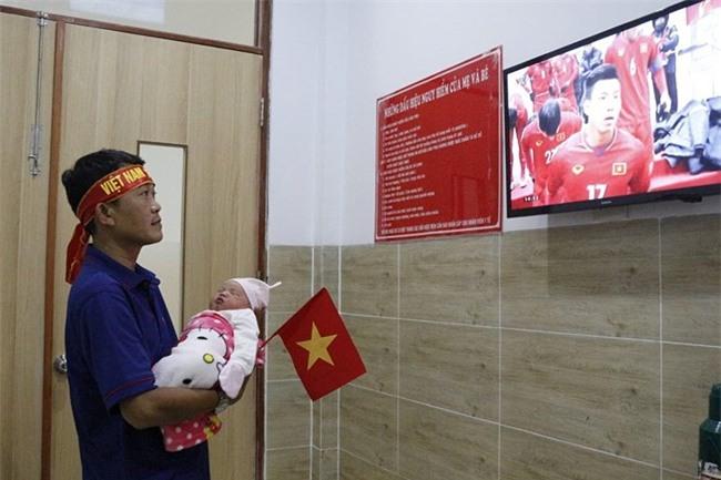 Khi cổ động viên nhí siêu đáng yêu xem bóng đá: Nhóc vừa xem vừa ngậm ti giả, nhóc giãy nảy vì Việt Nam hụt cúp vàng - Ảnh 3.