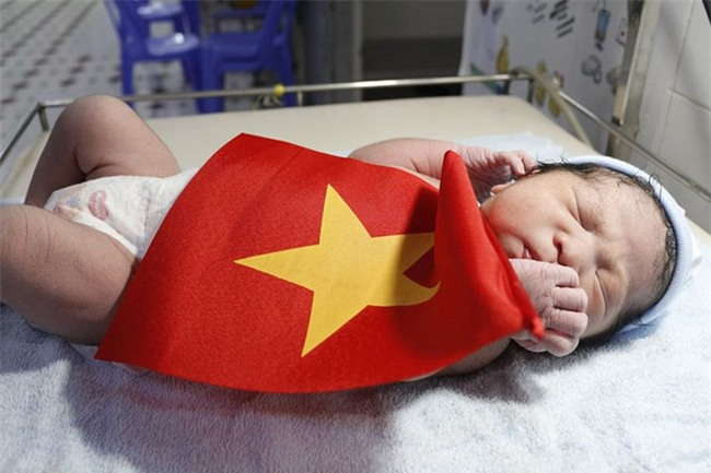 Khi cổ động viên nhí siêu đáng yêu xem bóng đá: Nhóc vừa xem vừa ngậm ti giả, nhóc giãy nảy vì Việt Nam hụt cúp vàng - Ảnh 4.