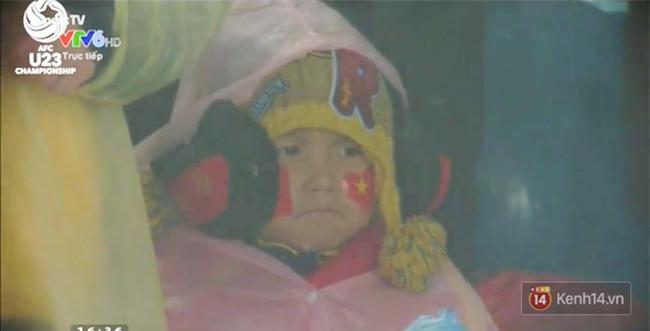 Khi cổ động viên nhí siêu đáng yêu xem bóng đá: Nhóc vừa xem vừa ngậm ti giả, nhóc giãy nảy vì Việt Nam hụt cúp vàng - Ảnh 5.
