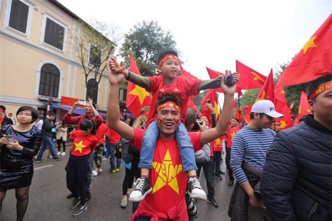 Khi cổ động viên nhí siêu đáng yêu xem bóng đá: Nhóc vừa xem vừa ngậm ti giả, nhóc giãy nảy vì Việt Nam hụt cúp vàng - Ảnh 7.