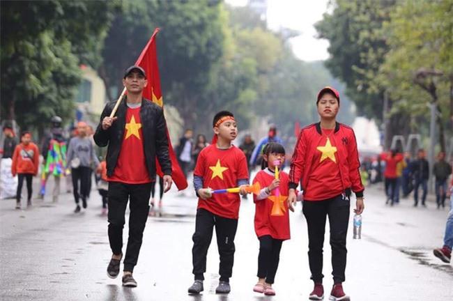 Khi cổ động viên nhí siêu đáng yêu xem bóng đá: Nhóc vừa xem vừa ngậm ti giả, nhóc giãy nảy vì Việt Nam hụt cúp vàng - Ảnh 8.