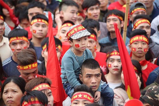 Khi cổ động viên nhí siêu đáng yêu xem bóng đá: Nhóc vừa xem vừa ngậm ti giả, nhóc giãy nảy vì Việt Nam hụt cúp vàng - Ảnh 9.