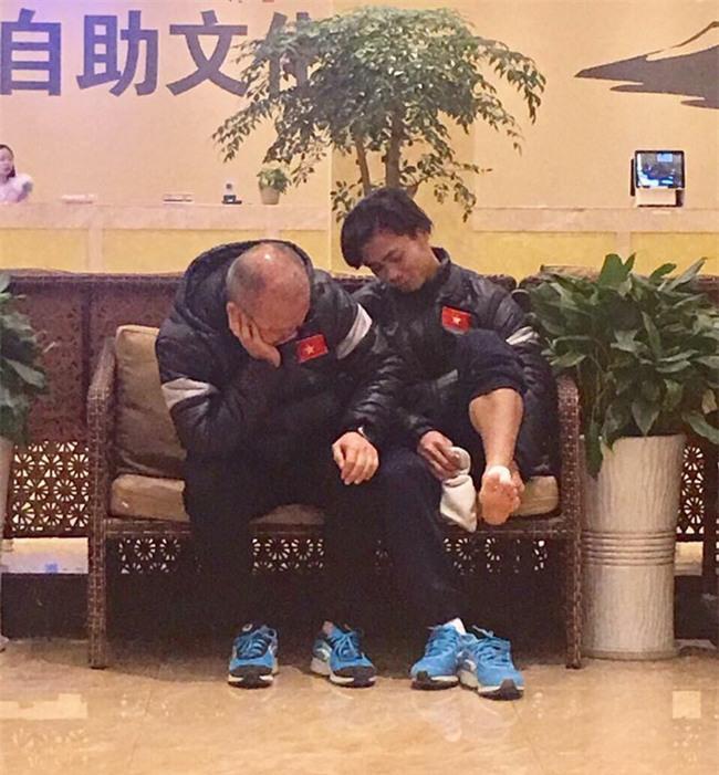 """Hành động đáng yêu của """"ông chú Hàn Quốc"""": Kéo vai Trọng Đại, tựa đầu ngủ như 2 bố con ở sân bay - Ảnh 6."""
