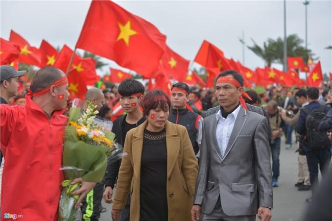 Bien co do sao vang chao don chien binh U23 Viet Nam o Noi Bai hinh anh 3