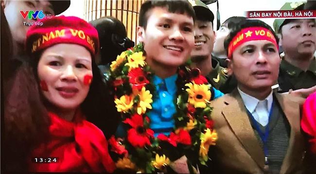 Cầu thủ Quang Hải vỡ òa, ôm chầm lấy người thân khi vừa đặt chân xuống sân bay Nội Bài - Ảnh 2.