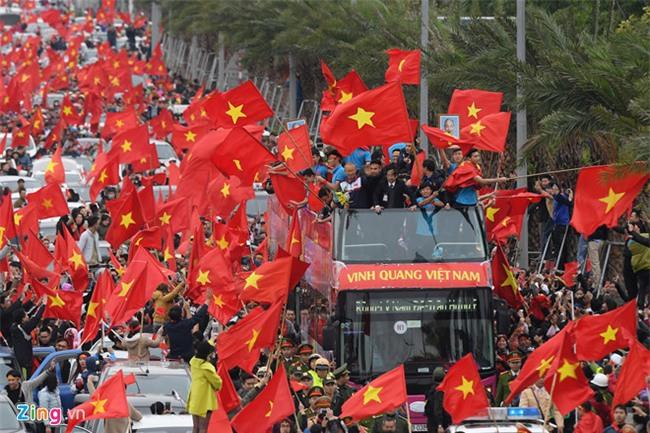 Xe buyt mui tran cho doi U23 Viet Nam dieu hanh trong bien nguoi hinh anh 10