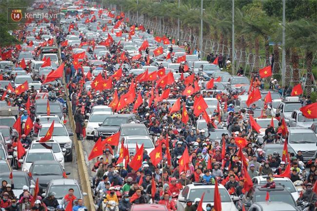 Tình yêu người hâm mộ quá lớn: Đường phố rợp xe và cờ, suốt 1 tiếng đồng hồ đoàn xe chở các cầu thủ U23 mới di chuyển được... 1km - Ảnh 3.