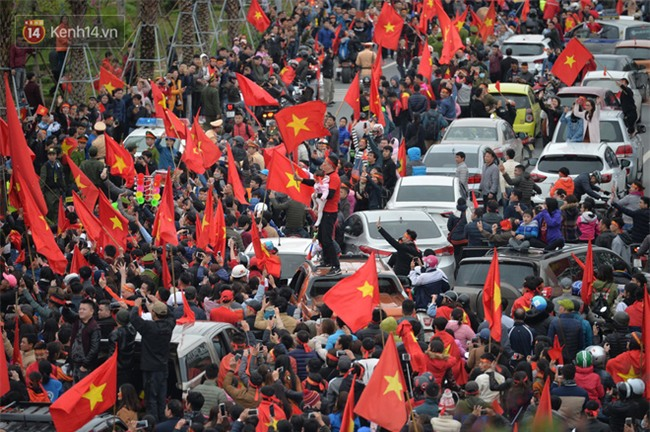 Tình yêu người hâm mộ quá lớn: Đường phố rợp xe và cờ, suốt 1 tiếng đồng hồ đoàn xe chở các cầu thủ U23 mới di chuyển được... 1km - Ảnh 4.
