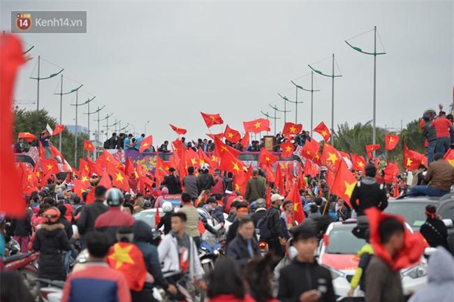 Tình yêu người hâm mộ quá lớn: Đường phố rợp xe và cờ, suốt 1 tiếng đồng hồ đoàn xe chở các cầu thủ U23 mới di chuyển được... 1km - Ảnh 5.