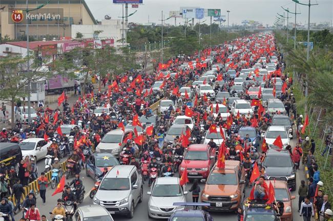 Tình yêu người hâm mộ quá lớn: Đường phố rợp xe và cờ, suốt 1 tiếng đồng hồ đoàn xe chở các cầu thủ U23 mới di chuyển được... 1km - Ảnh 6.