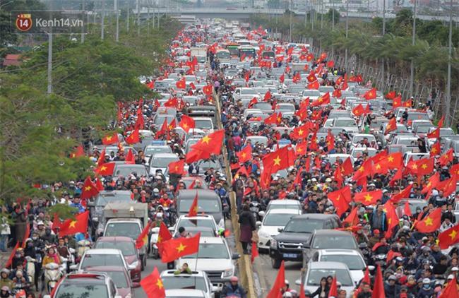 Tình yêu người hâm mộ quá lớn: Đường phố rợp xe và cờ, suốt 1 tiếng đồng hồ đoàn xe chở các cầu thủ U23 mới di chuyển được... 1km - Ảnh 7.