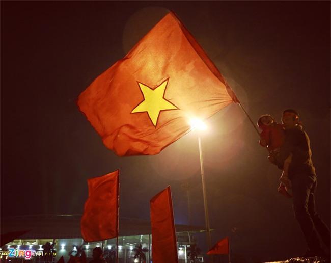 Nguoi ham mo doi mua, xep hang cho U23 Viet Nam o My Dinh hinh anh 2