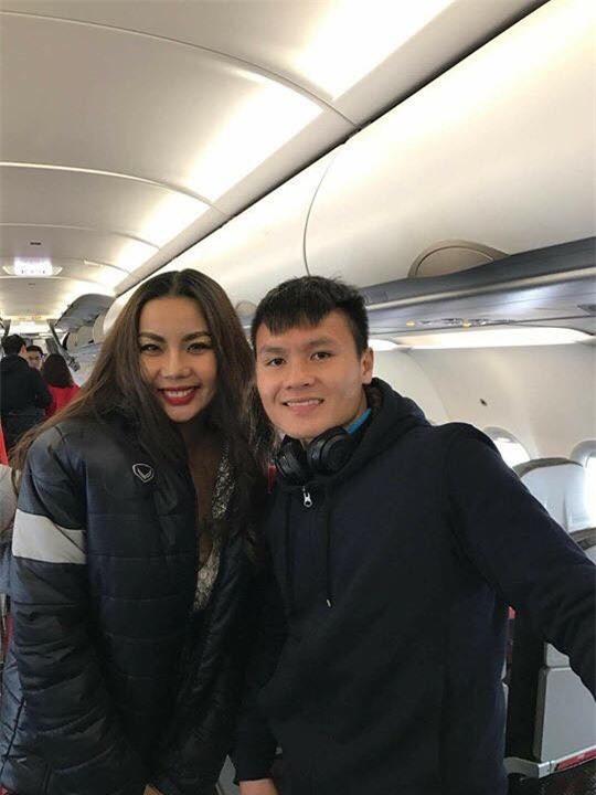 Hình ảnh Lại Thanh Hươngtrên chuyến bay của các cầu thủ U23 Việt Nam đã gây phản cảm lớn cho công chúng. - Tin sao Viet - Tin tuc sao Viet - Scandal sao Viet - Tin tuc cua Sao - Tin cua Sao