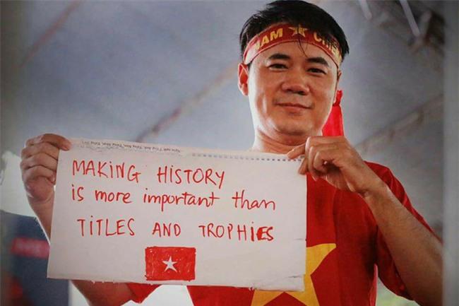 Cười vỡ bụng với nghìn lẻ một khẩu hiệu cổ vũ U23 Việt Nam cực ấn tượng của cổ động viên cả nước - Ảnh 2.
