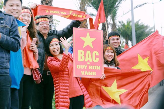Cười vỡ bụng với nghìn lẻ một khẩu hiệu cổ vũ U23 Việt Nam cực ấn tượng của cổ động viên cả nước - Ảnh 4.